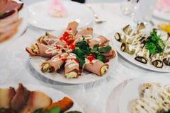 rullar med bacon och scheese på en platta, selektiv fokus royaltyfri foto