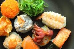 rullar olika sushi Arkivfoto