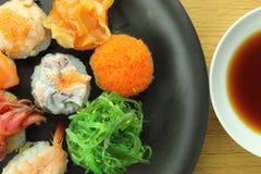 rullar olika sushi Arkivbild