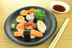 rullar olika sushi Arkivbilder