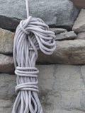 Rullat ihop klättra repet royaltyfria bilder
