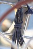 Rullat ihop rep på segelbåten Royaltyfri Bild
