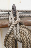 Rullat ihop rep som hänger på ett stift Arkivbilder