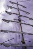 Rullat ihop seglar på skeppet Royaltyfri Bild