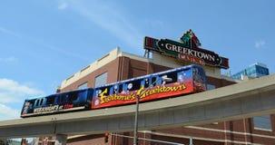 Rullbandstrottoar förbi Greektown i Detroit, MI Arkivfoto