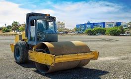 Rullcompactormaskinen slätar asfalten ut Royaltyfri Bild