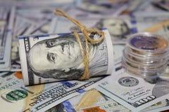 Rulle av amerikanska dollar en bakgrund av spritt hundra dollarräkningar arkivfoto