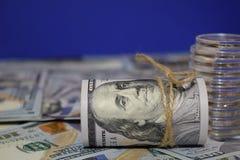 Rulle av amerikanska dollar en bakgrund av spritt hundra dollarräkningar arkivfoton