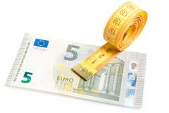Rulle av att mäta bandet på ny sedel för euro fem royaltyfria bilder