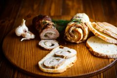 Rulle av kött med olika kryddor och örter Royaltyfri Foto