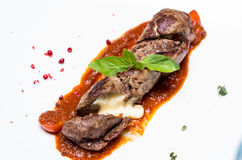 Rulle av kalvköttet som är välfylld med ost Arkivbild