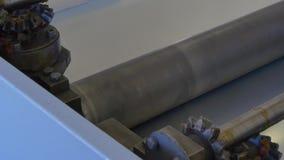 Rulle av kuvertet för metallbeläggningen på den industriella maskinen i fabrik stock video
