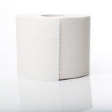 Rulle av toaletten som är pappers- med reflexion Royaltyfri Foto