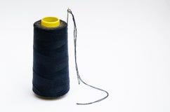 Rulle av tråden med visarisolaten på vit bakgrund Fotografering för Bildbyråer