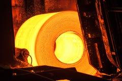 Rulle av varm metall på transportbandet fotografering för bildbyråer