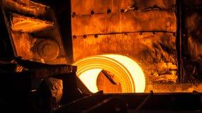 Rulle av varm metall på transportbandet arkivbilder