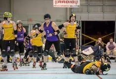 Rulle Derby Girls Going Down royaltyfri fotografi