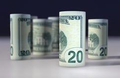 Rulle för dollarräkningar som isoleras med vit bakgrund Arkivbild