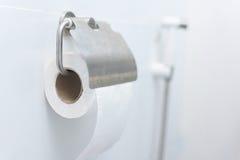 Rulle för toalettpapper som hänger med blåa tegelplattor Fotografering för Bildbyråer