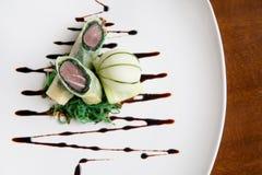 Rulle för vår för tonfisk för Haute kokkonst för högt slut frasig med cucmberis royaltyfria foton