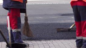 Rulle och arbetare p? att asfaltera och reparation av stadsgator N?rbild stock video