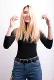 rulle s för stående för flicka en för gest för extrema ögon för closeup ansikts- funy upp royaltyfri fotografi