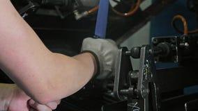 Rulle som dragar spoleröret Tillverkning av den plast- fabriken för vattenrör Process av plast- rör för danande på maskinen Royaltyfria Foton