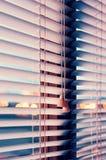 Rullgardiner på fönstret Royaltyfri Bild