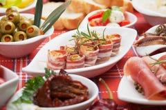 Rulli della pancetta affumicata e l'altro alimento del antipasto Fotografia Stock Libera da Diritti