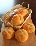 Rulli di pane in cestino Immagini Stock
