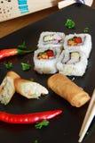 Rulli di sorgente e dei sushi immagini stock