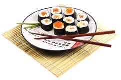 Rulli di sushi su una zolla bianca Fotografia Stock