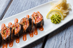 Rulli di sushi sulla zolla bianca Immagini Stock