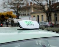 Rulli i passeggeri aspettanti dell'automobile in città della Francia Immagine Stock Libera da Diritti
