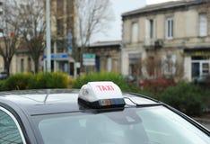 Rulli i passeggeri aspettanti dell'automobile in città della Francia Fotografie Stock