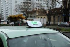 Rulli i passeggeri aspettanti dell'automobile in città della Francia Fotografia Stock Libera da Diritti