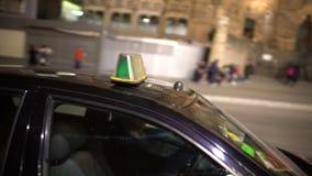 Rulli l'automobile che parte sulla chiamata, il trasporto comodo in città, servizio della carrozza video d archivio