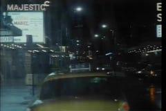Rulli l'azionamento tramite la via di New York sulla notte piovosa archivi video