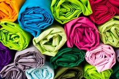 Rullkläder till sorteringen till och med messen. Royaltyfri Foto