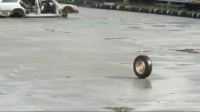 Rullning för bilhjul på asfalt efter olyckan, krasch skrot lager videofilmer