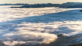 Rullning för tät dimma till och med Carpathian berg för ligganderussia för 33c januari ural vinter temperatur stock video
