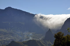 Rullning fördunklar in i Cirque de Cilaos, Reunion Island Arkivfoto