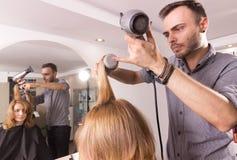 Rullo asciugante col phon del pettine del parrucchiere dell'uomo Fotografie Stock