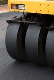 Rullo compressore che appiattisce nuovo asfalto Immagini Stock Libere da Diritti