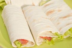 Rullo con i salmoni e l'insalata Fotografie Stock Libere da Diritti