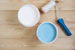 Rullo con pittura nel vaso sui bordi di legno Immagini Stock
