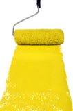 Rullo con vernice gialla immagini stock