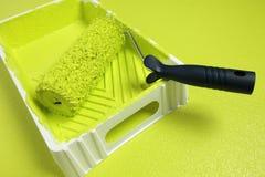 Rullo con vernice gialla fotografia stock