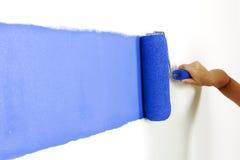 Rullo con vernice sulla parete fotografia stock libera da diritti