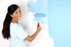 Rullo con vernice sulla parete immagini stock